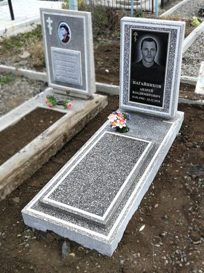 Памятник из мраморной крошки трапеция