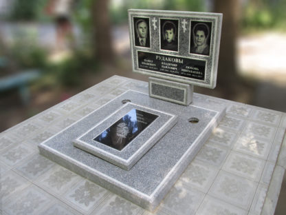 Памятник из мраморной крошки тройной