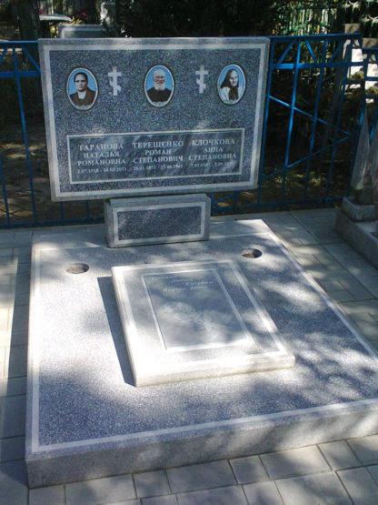 Памятник из мраморной крошки тройной-2